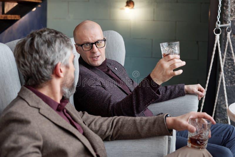 Discutere di affari con il whisky fotografia stock