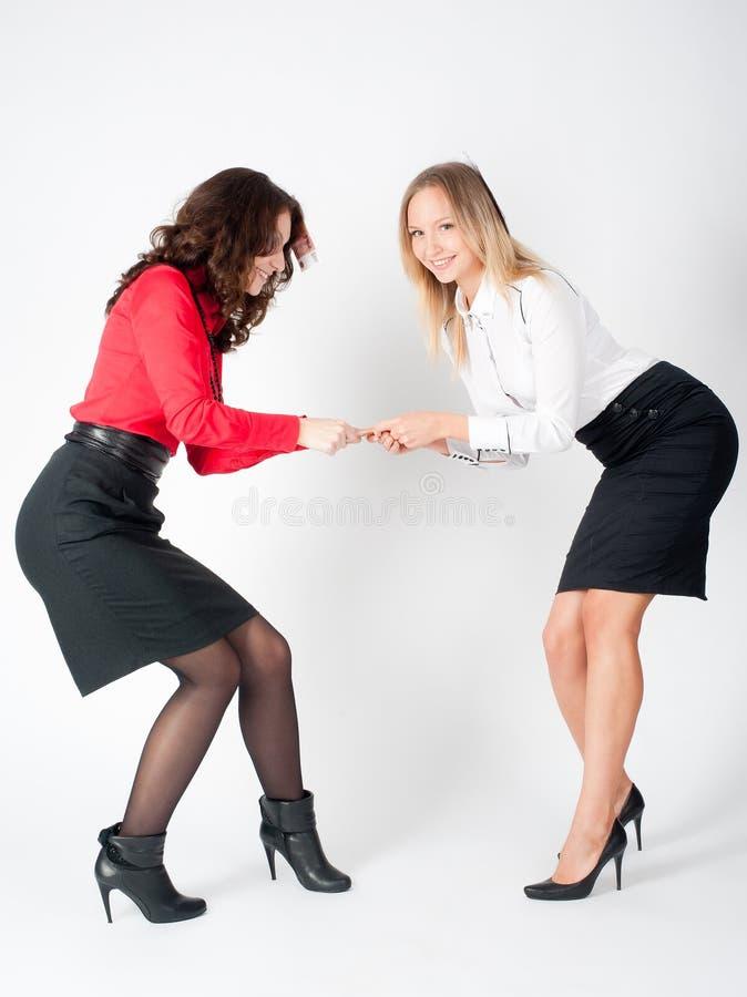 Discutez des jeunes femmes d'affaires attirantes pour l'argent image libre de droits