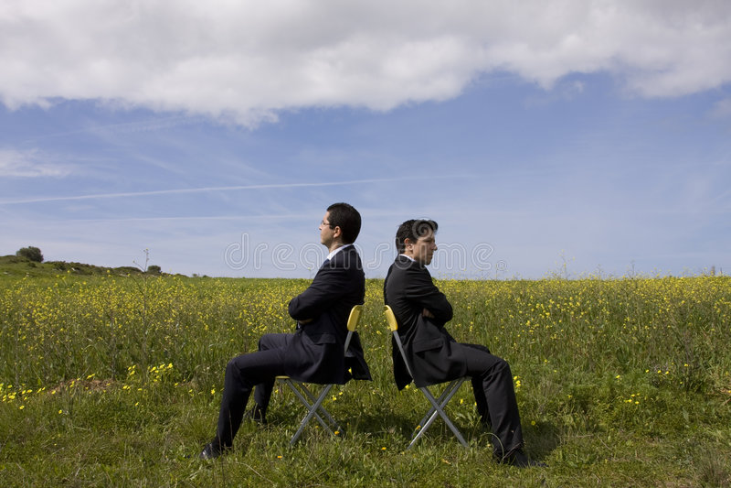 Discutez entre l'homme d'affaires deux photo libre de droits
