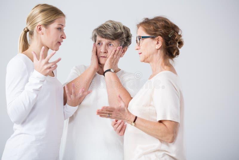 Discutez entre la mère et la fille image stock