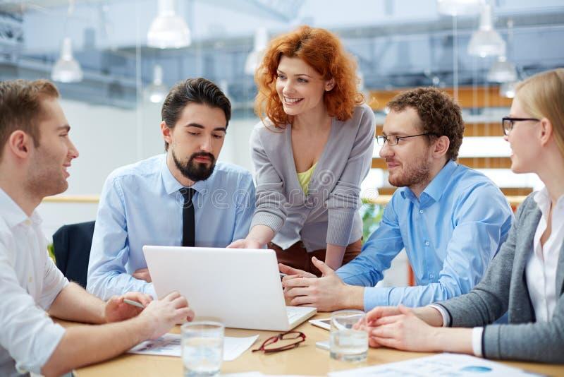 Discutindo estratégias empresariais imagens de stock royalty free