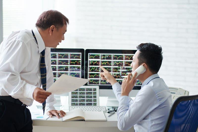 Discutindo a informações do mercado conservada em estoque foto de stock royalty free