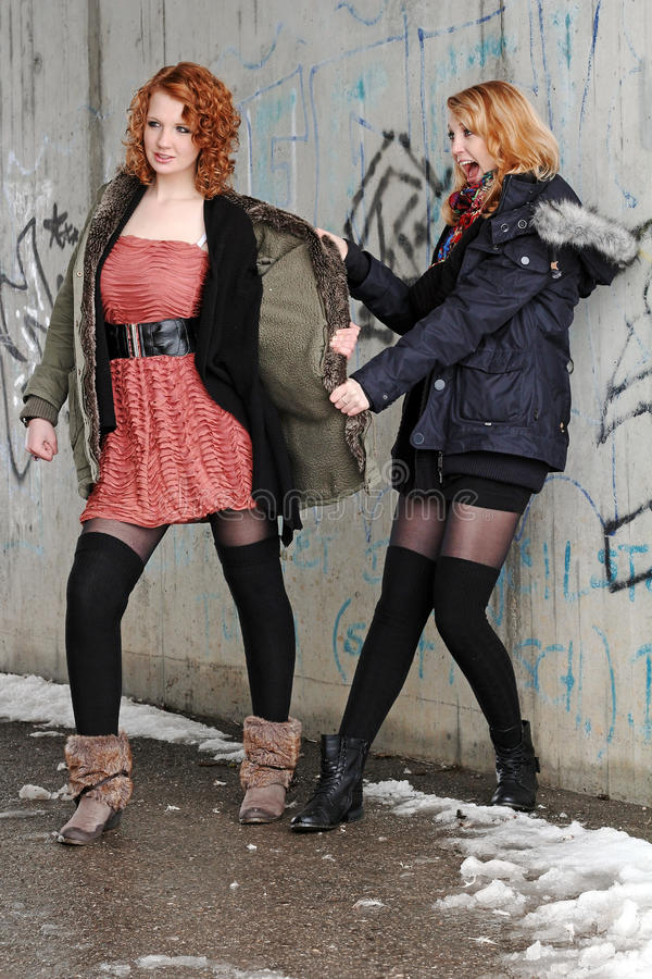 Discutindo jovens mulheres imagens de stock