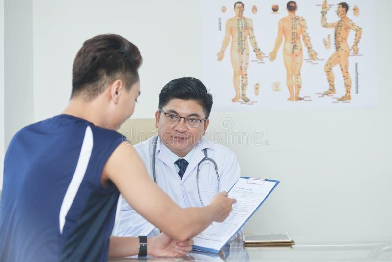 Discutindo o diagnóstico fotografia de stock