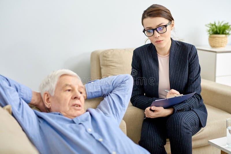 Discutindo o problema com o paciente superior fotos de stock royalty free