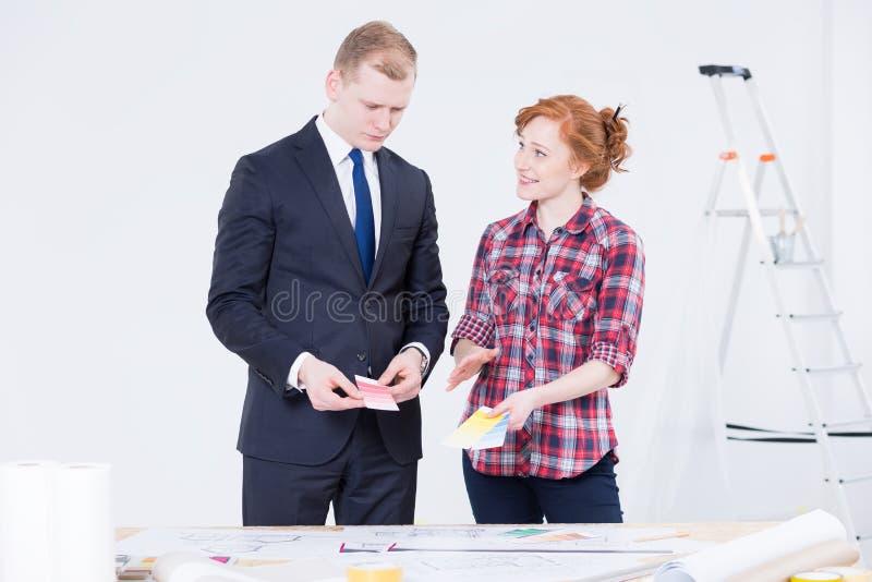 Discutindo os detalhes os mais importantes antes da renovação fotografia de stock royalty free