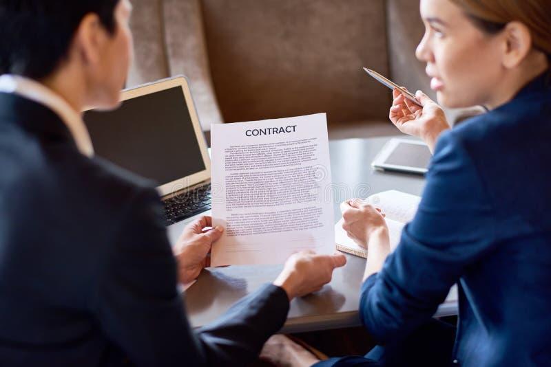 Discutindo termos do acordo fotos de stock