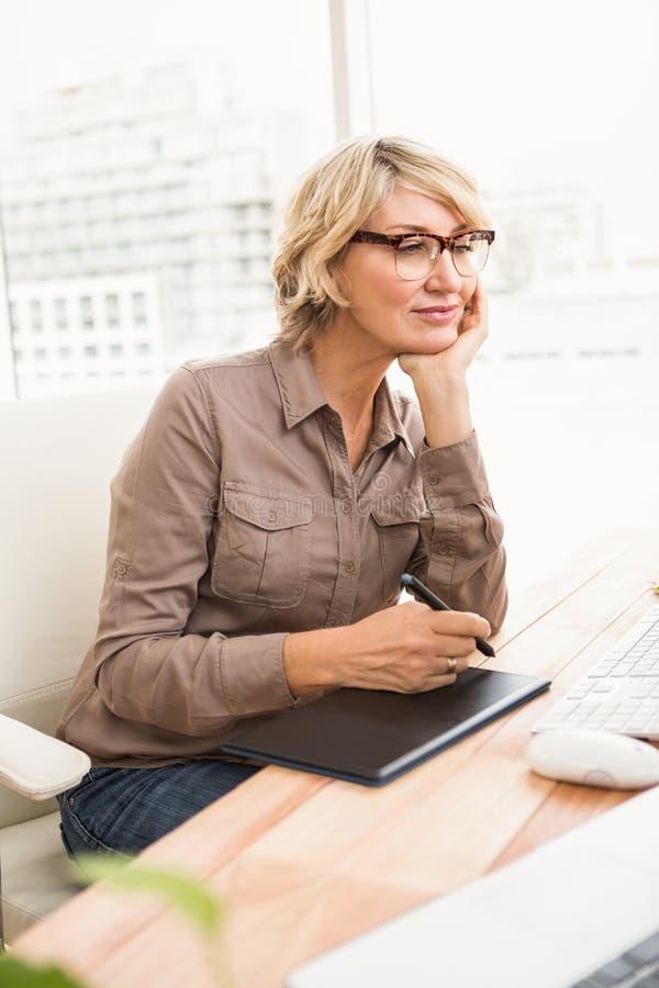 Diseñador casual que trabaja con el digitizador y el ordenador fotos de archivo