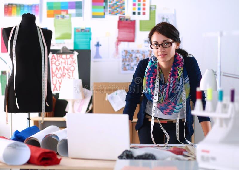 Diseñador de moda hermoso que se coloca en estudio fotografía de archivo libre de regalías
