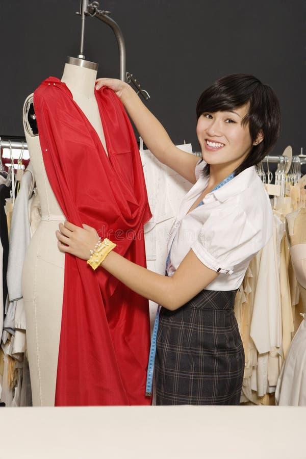 Diseñador de moda joven en el trabajo imagenes de archivo