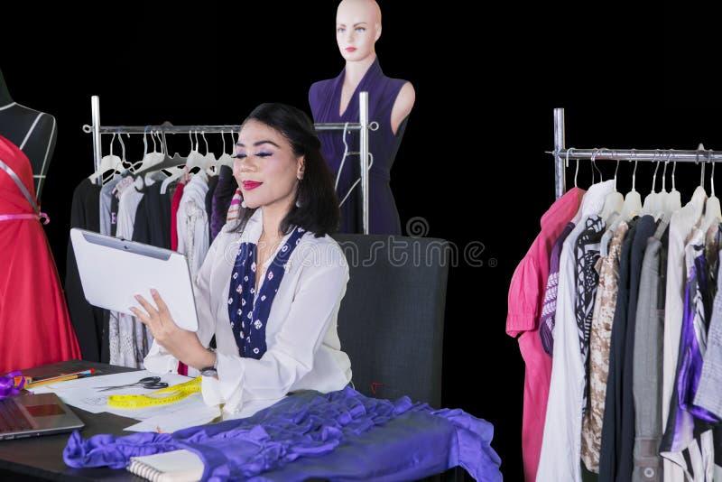 Diseñador de moda joven que trabaja con una tableta digital fotos de archivo libres de regalías