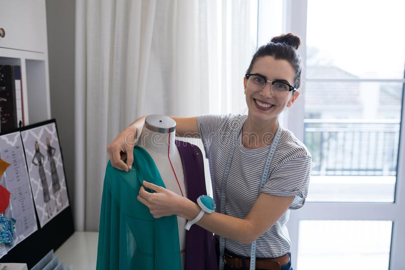 Diseñador de moda que diseña una materia textil de la tela fotografía de archivo