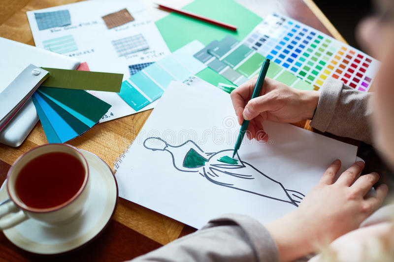 Diseñador de moda que trabaja en la colección fotografía de archivo libre de regalías