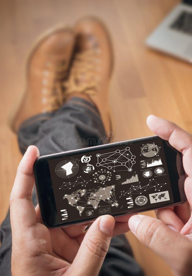 Diseñador del sitio web que trabaja la tableta digital foto de archivo libre de regalías