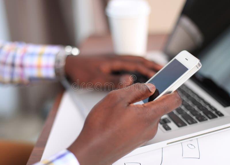 Diseñador del sitio web que trabaja la tableta digital de la pantalla en blanco foto de archivo