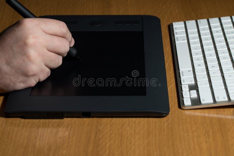 Download Diseñador Draws Una Pluma De Digitaces Imagen de archivo - Imagen de humano, escritorio: 42432543