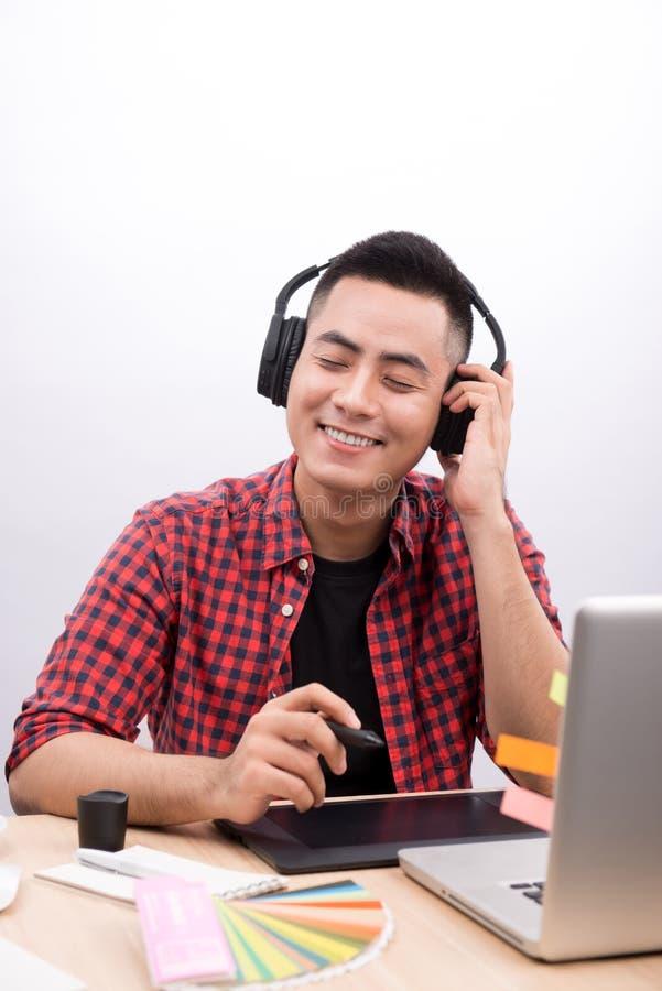 Diseñador feliz que trabaja en su ordenador portátil en oficina creativa imagen de archivo libre de regalías