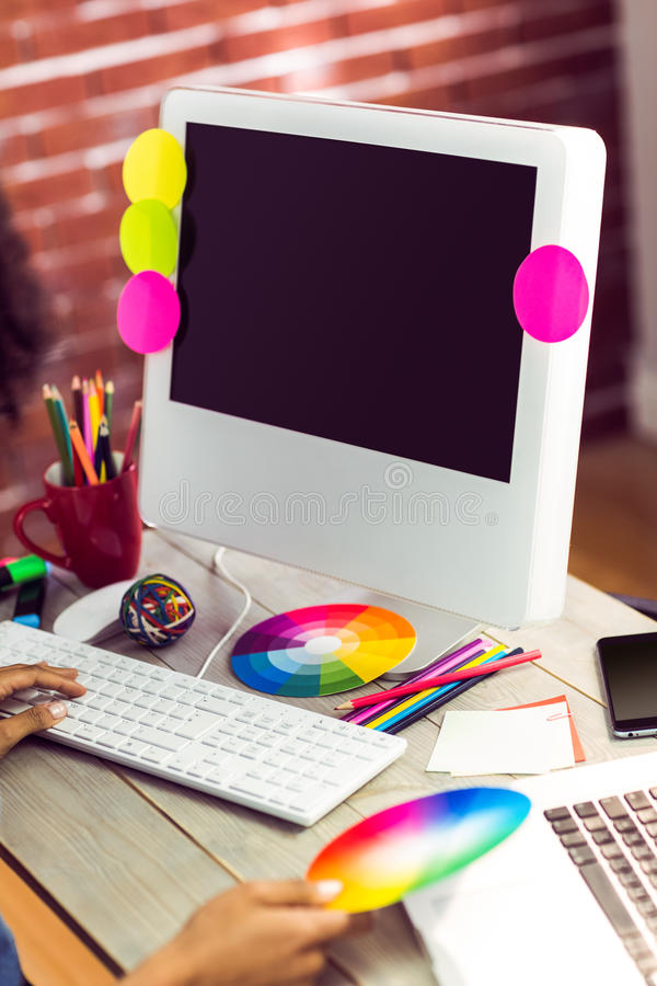 Diseñador gráfico de sexo femenino que trabaja en el escritorio fotos de archivo libres de regalías