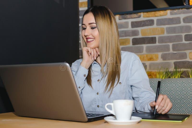 Diseñador gráfico de sexo femenino que usa la tableta digital imágenes de archivo libres de regalías