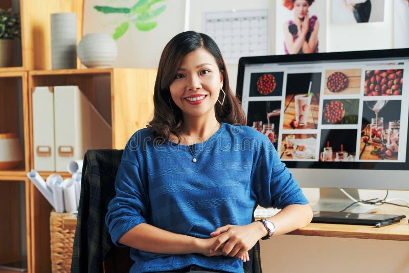 Diseñador gráfico en el trabajo imagen de archivo libre de regalías