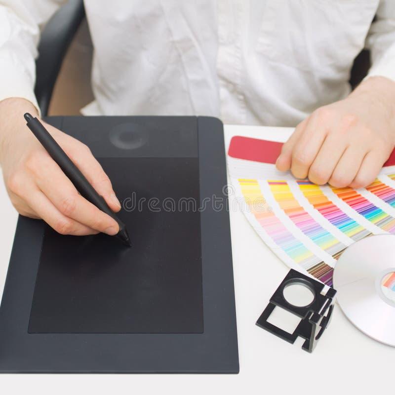 Diseñador gráfico en el trabajo imágenes de archivo libres de regalías