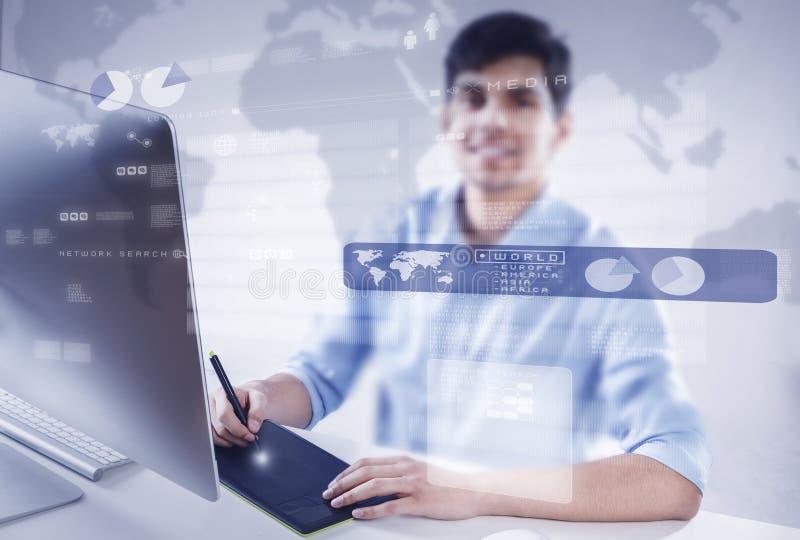 Diseñador gráfico en el trabajo foto de archivo