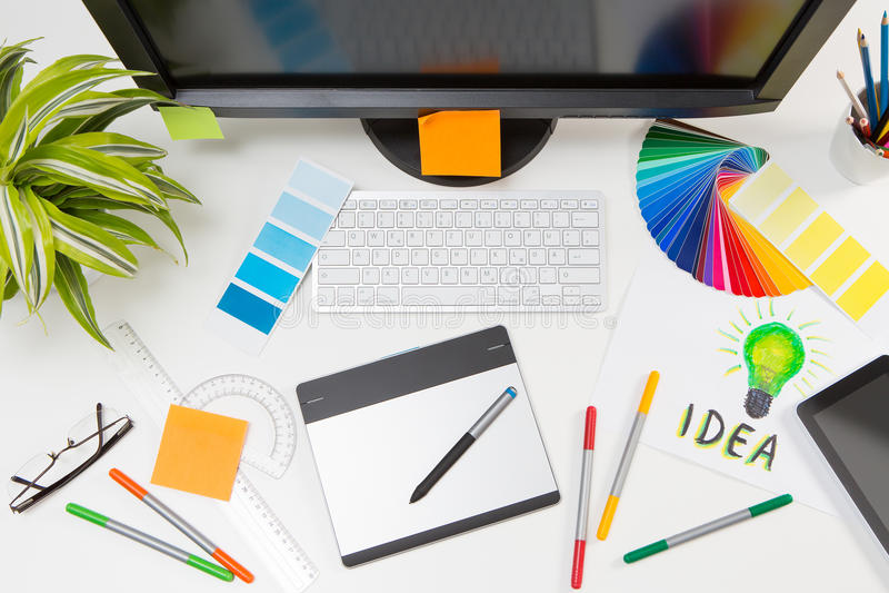 Diseñador gráfico en el trabajo Muestras del color imágenes de archivo libres de regalías