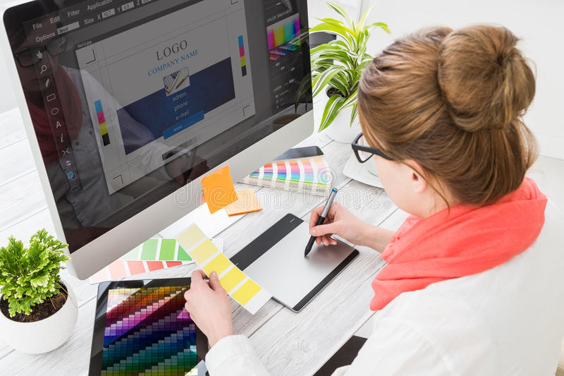 Diseñador gráfico en el trabajo Muestras del color imagenes de archivo