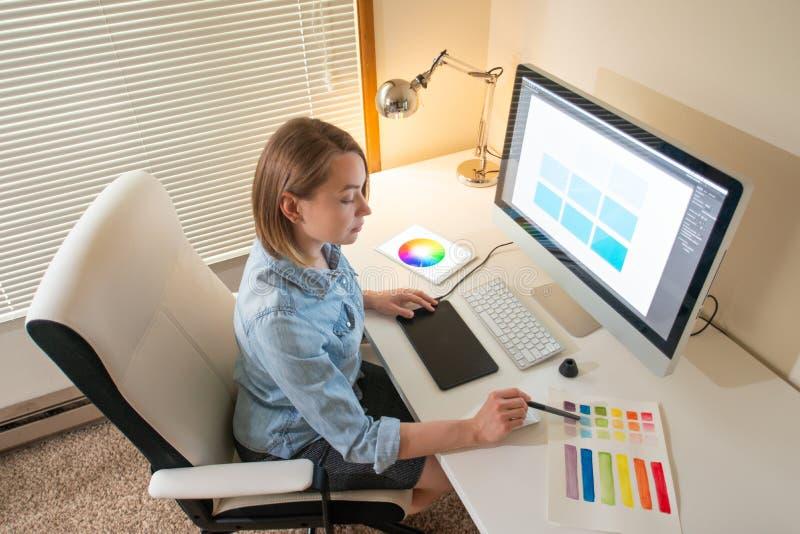 Diseñador gráfico que se sienta en el trabajo ilustrador Dise?ador web freelancer fotos de archivo libres de regalías