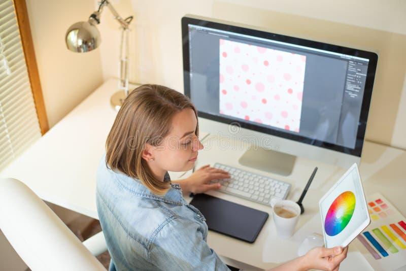 Diseñador gráfico que se sienta en el trabajo ilustrador Dise?ador web freelancer imagen de archivo libre de regalías