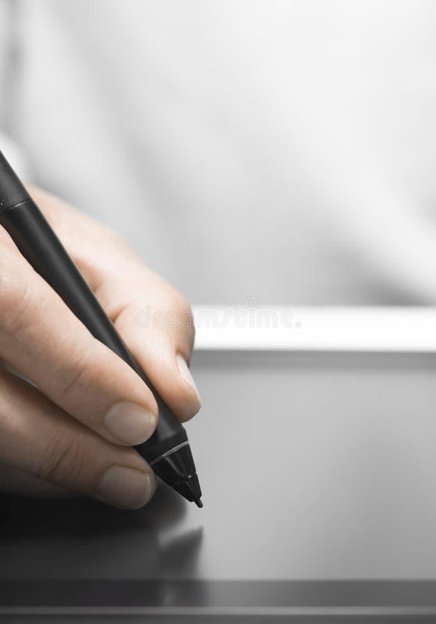Diseñador gráfico Using Tablet y aguja fotos de archivo