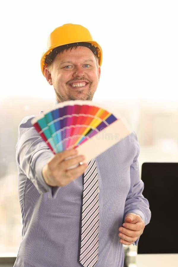 Dise?ador gr?fico Work en proyecto con la carta de color fotos de archivo