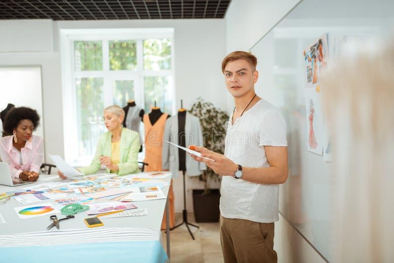 Diseñador hermoso que lleva a cabo un bosquejo en su mano imágenes de archivo libres de regalías