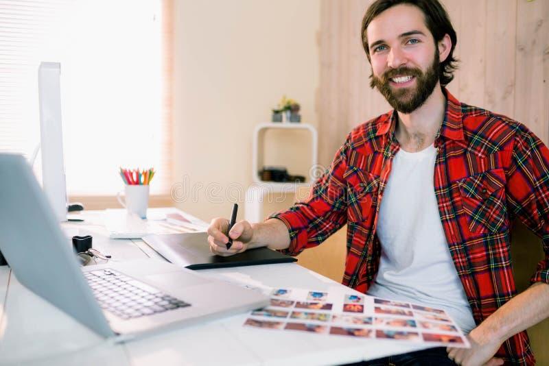 Diseñador hermoso que trabaja en su escritorio fotografía de archivo