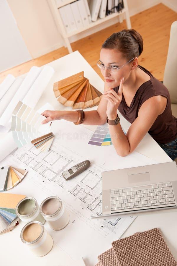 Diseñador interior de sexo femenino con muestras del color imagenes de archivo