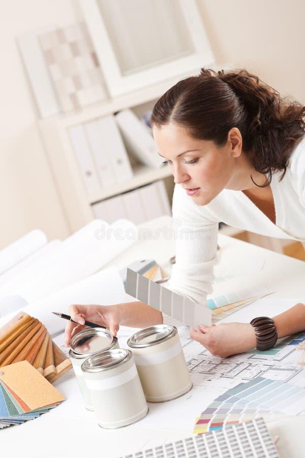 Diseñador interior de sexo femenino joven con la pintura imagen de archivo libre de regalías