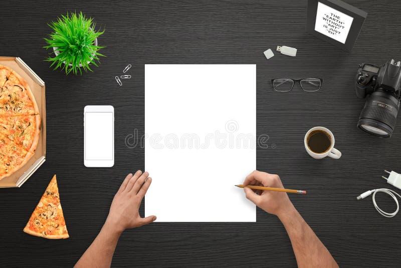 Diseñador o fotógrafo que bosqueja en el Libro Blanco vacío fotos de archivo libres de regalías