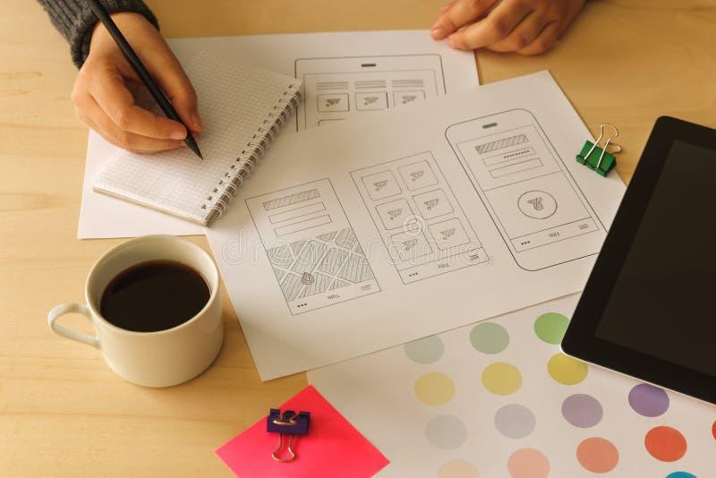 Diseñador que dibuja wireframes móviles del App fotografía de archivo