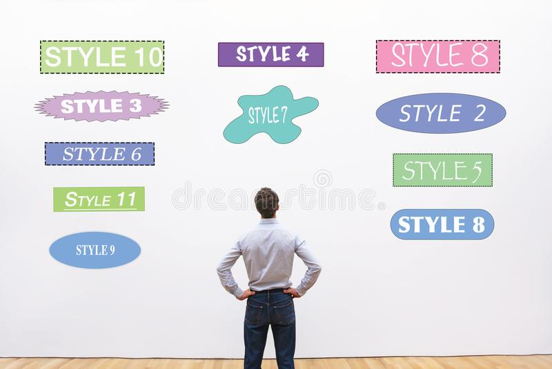 Diseñador que elige estilo, fuentes, formas y colores fotografía de archivo libre de regalías