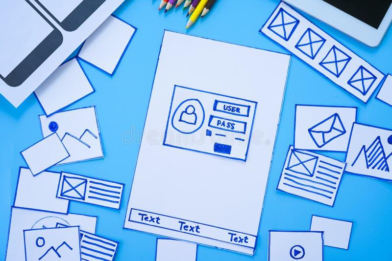 Diseñador responsivo móvil creativo de la página web que clasifica las pantallas del wireframe del prototipo del desarrollo de pr imagen de archivo libre de regalías