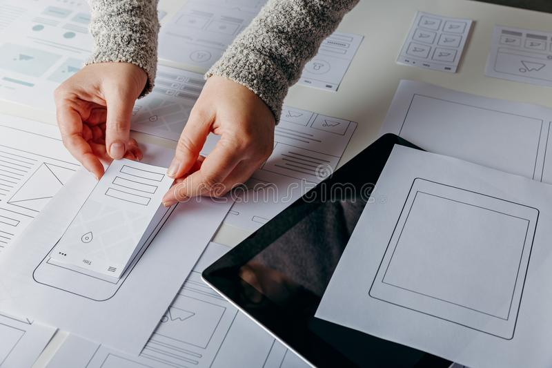 Diseñador web que crea sitio web responsivo móvil foto de archivo