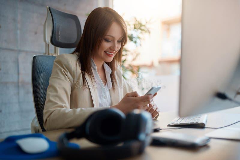 Diseñador web - trabajo femenino en el uso para el teléfono móvil foto de archivo