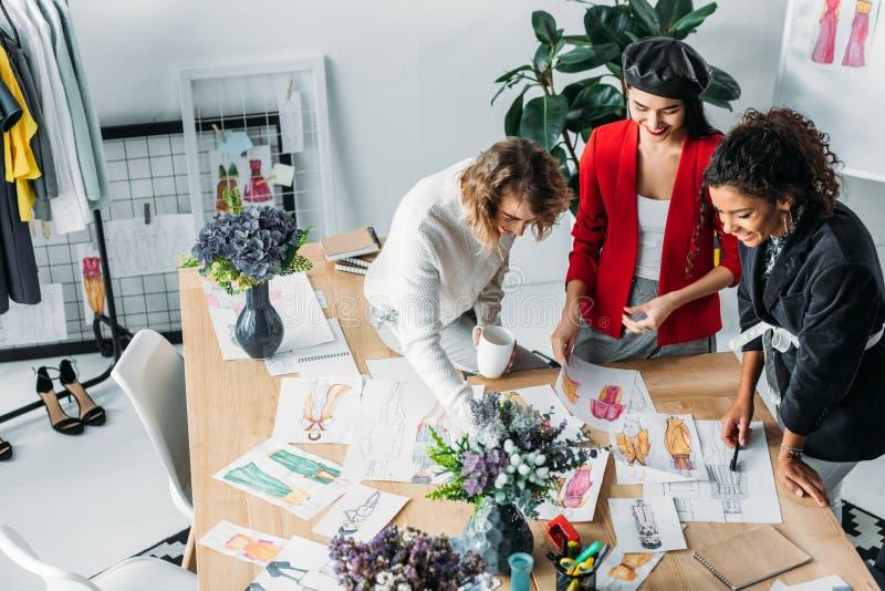 Diseñadores de moda que trabajan con bosquejos imagen de archivo libre de regalías