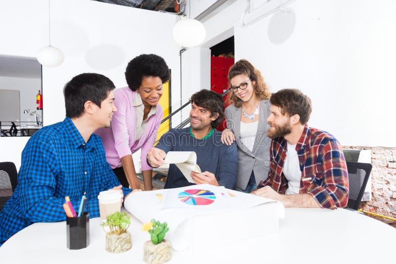Diseñadores diversos de los empresarios del grupo de raza de la mezcla de la oficina de la gente foto de archivo libre de regalías