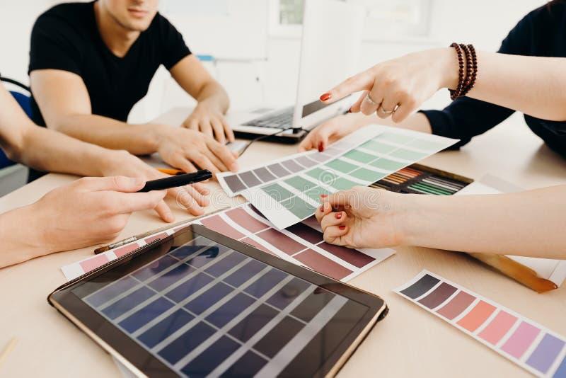 Diseñadores gráficos que trabajan con las muestras del color imágenes de archivo libres de regalías