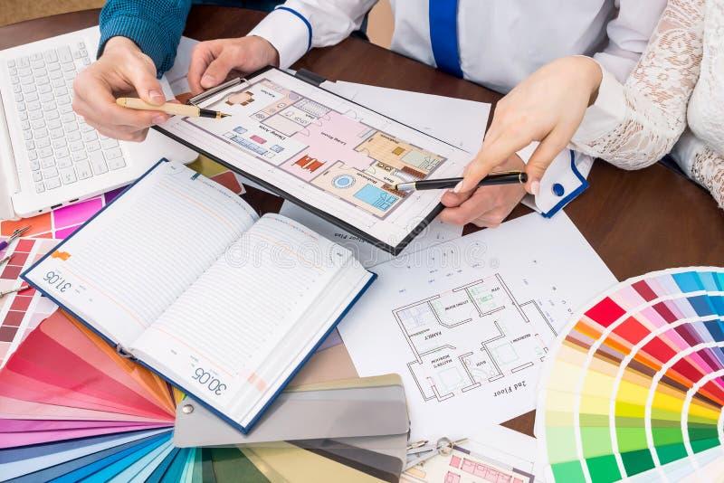 Diseñadores que discuten plan de la casa, la renovación y el dechado del color fotografía de archivo libre de regalías