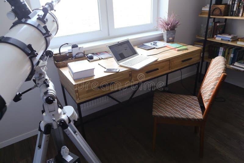 Diseñe y equipó la oficina para trabajar de los dispositivos en spacio fotos de archivo