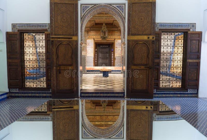 Diseño árabe tradicional de la arquitectura marroquí - interior del mosaico de Rich Riyad Dar Si Said fotografía de archivo