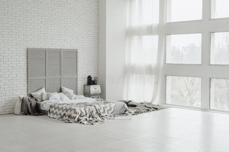 Diseño acogedor de Grey Bedroom Interior Spacious Big fotografía de archivo