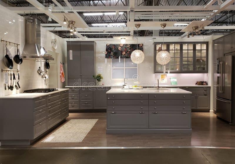 Diseño agradable de la cocina en la tienda IKEA imagenes de archivo
